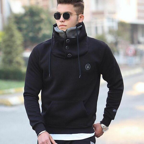 Extravagáns fekete pulóver
