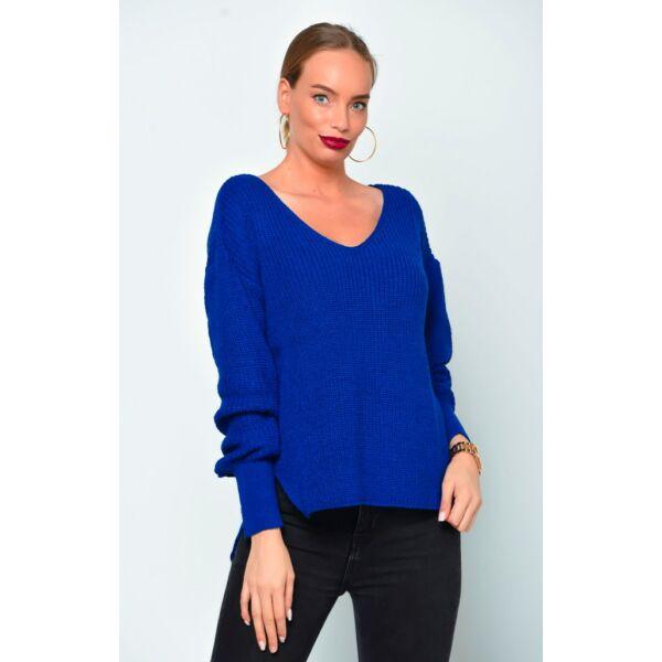 V nyakú kék pulóver