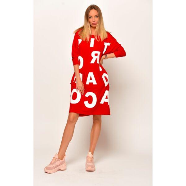 Elől nagy betűs piros zsebes ruha/tunika