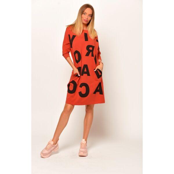 Elől nagy betűs fahéj színű zsebes ruha/tunika