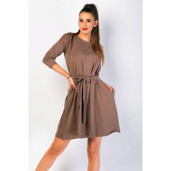 A vonalú zsebes barna ruha