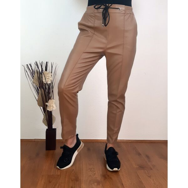 Cappucino barna gumis derekú műbőr nadrág