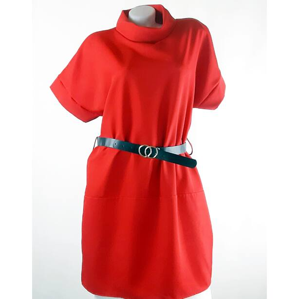 Piros félgarbós ruha övvel